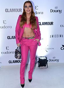 a3a4ecc32 Luiza Possi, uma das famosas que investiram em sensualidade para conferir a  premiação, deixou a barriga à mostra com look ousado pink