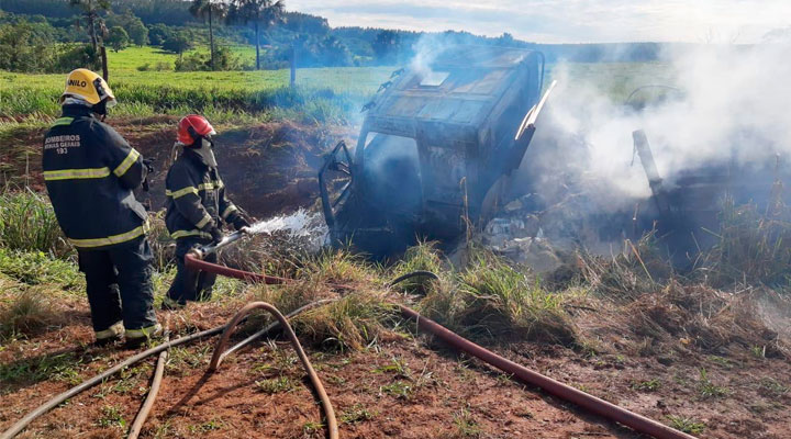 Uberaba: Carreta carregada com enxofre pega fogo na BR-050